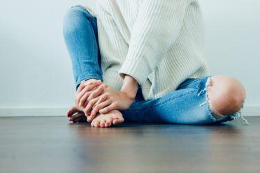 膝の表情に注目する